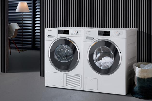 Miele na veletrhu IFA posiluje svou vedoucí roli v oblasti péče o prádlo – s novými modely, které perou a suší ještě rychleji, pohodlněji a ekologičtěji. Například zapomenuté oděvy, bez ohledu na jejich velikost, lze vložit do pračky i krátce před koncem programu. Cykly praní a sušení se výrazně zkrátily, aniž by to ovlivnilo výsledek praní. Další komfort nabízí přímá komunikace mezi pračkou a sušičkou. Sušičky také disponují chladivem šetrnějším k životnímu prostředí. Díky novým barevným variantám Miele dále posouvá design svých praček a sušiček.