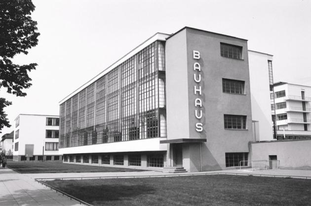 """Nejslavnější umělecká škola celé moderny byla ve 30.letech nacisty označována jako bolševická, dekadentní akosmopolitní. Vadily jim ploché """"málo německé střechy"""". V50. letech zase soudruzi zNDR tvrdili, že tato škola """"vede přímo kdestrukci architektury"""", ale zbourat její budovu se neodvážili."""