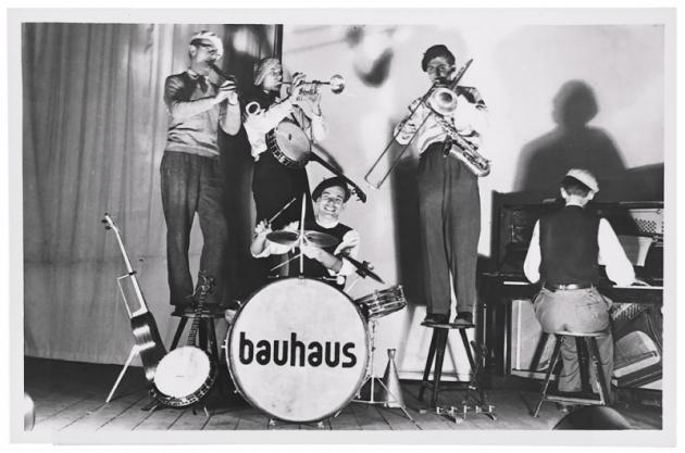 Vrámci hnutí se pořádaly tematické kostýmové večírky itaneční adivadelní představení. Celé týdny vznikaly extravagantní kostýmy aspeciální paruky anajevišti byly uvedeny tituly jako Triádový balet, který byl groteskní směsí tance, činohry apantomimy, nebo parodie napokrok atechniku pod názvem Figurální kabinet.