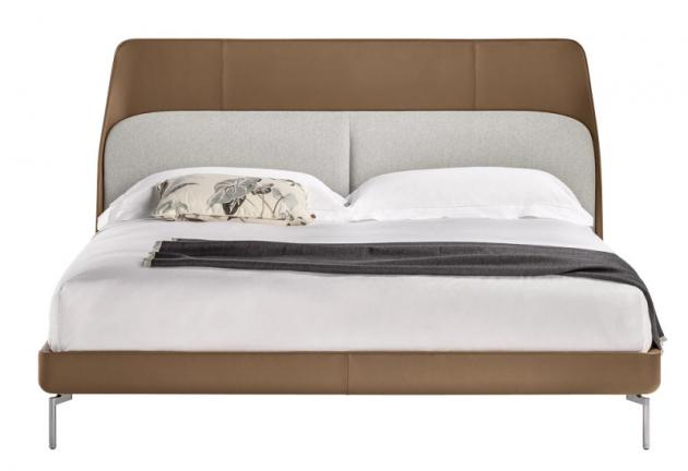 Dvoulůžková postel Coupé (Poltrona Frau), design GamFratesi, kovová základna, kožené čalounění, 235  × 182/192/205 × 117cm, cena nadotaz, www.poltronafrau.com