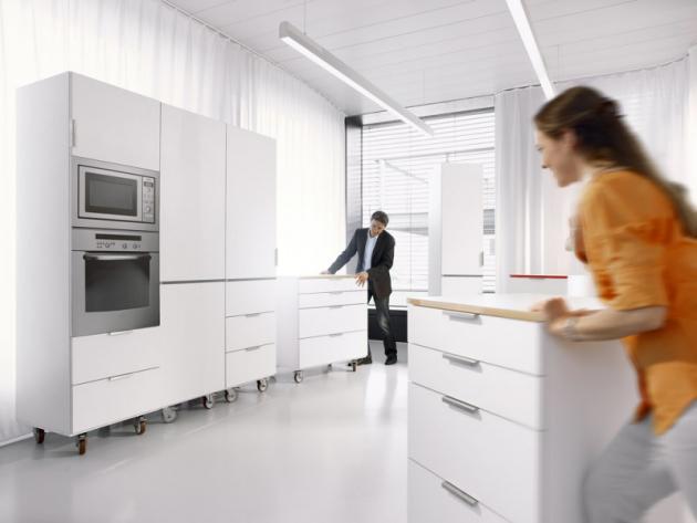 Sestavit nábytek je velice snadné. Díky tomu, že skříňky jsou naplněny věcmi jako ve skutečné kuchyni, si můžete vyzkoušet, jak se vám bude v novém uspořádání pracovat