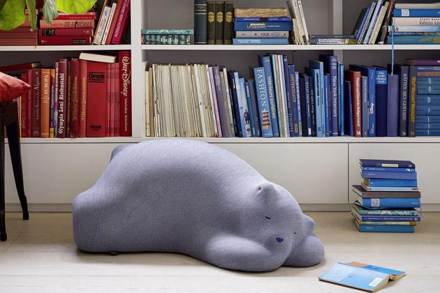 Resting Bear (Vitra) lze využít nejen jako dekoraci, ale také jako pouf nebo opěradlo. Výplň zpolyuretanové pěny, rozměry 53,1 × 33,8 ×91,8cm. Cena 22669Kč, www.designville.cz