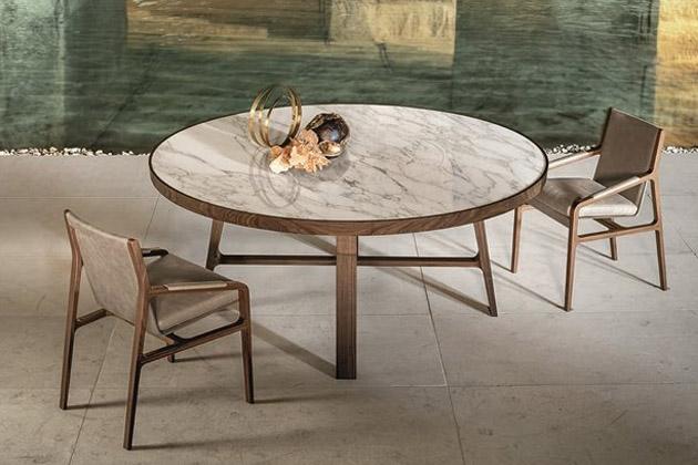Konferenční stolek Compass (Alivar) od designéra Giuseppa Bavusa prezentuje dokonalé spojení kontrastních materiálů. Zatímco mramor s viditelnou žilní strukturou je vnímám jako chladnější materiál, ořechové dřevo svou přirozenou podstatou přináší jemný hřejivý dotek. A přesto spolu tak dobře ladí. Stolek navíc nabízí vychytávku v podobě otočné stolní desky pro snadnější servírování pokrmů. Výška 76 cm, průměr 180 cm. Cena na dotaz, WWW.ALIVAR.COM
