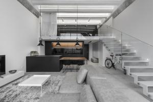 Minimalistický industriální loft o rozloze 64 m2 se nachází v litevském Kaunasu v nově zrekonstruované průmyslové budově.