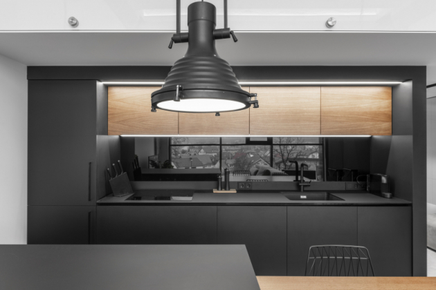 Kuchyňská část v industriálním interiéru