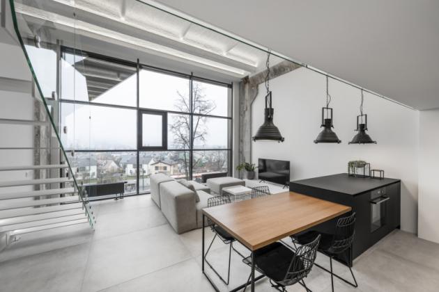Dřevo se objevuje na všech místech jako protějšek k betonu, změkčuje vzhled prostoru a dodává teplý příjemný pocit. Osvětlení je řešené stmívatelnými LED svítidly směřujícími ke stropu. Díky tomu dochází ke zvýraznění reliéfu a jemnému odrazu světla a jeho rozptylu do celého prostoru.