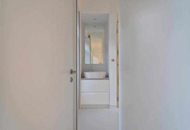 V interiéru dominuje bílá barva (stěny, stropy a vestavěný nábytek) a různé odstíny šedé (žula na hlavní fasádě, podlahy, kuchyňské a koupelnové desky).