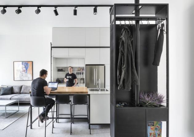 V malém bytě se počítá každý metr, a jelikož majitelé moc často nevaří, vytvořili jim designéři v kuchyni jen minimální pracovní plochu.