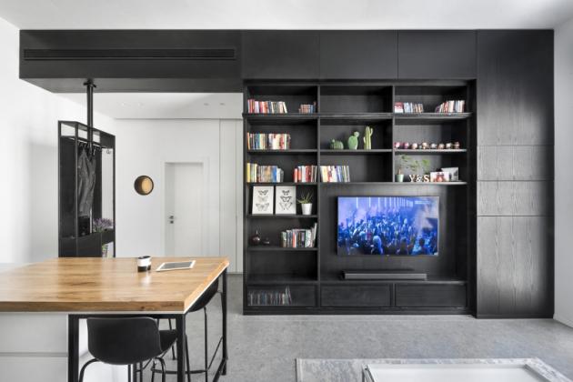 Byt se nachází v krásné zachovalé budově Karelitz House s vysokými stropy v centru Tel Avivu a byl navržen pro pár úspěšných mužů a jejich psa. Použití černé dýhy potvrzuje silný účinek tmavé barvy na malý prostor. Navzdory malé ploše podlahy, vysoký strop dodává pocit prostornosti.