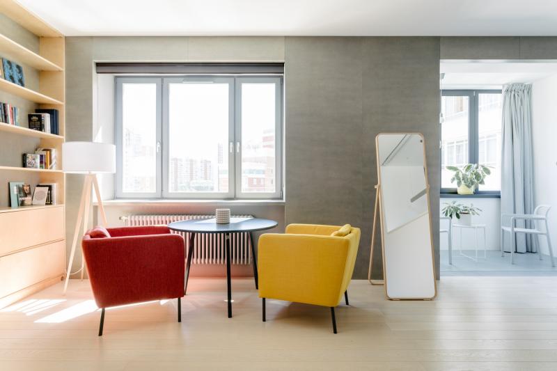 Maximální prostor byl věnován obývacímu pokoji skuchyní. Varná plocha a pracovní deska zůstala skrytá za nízkou zdí. Z balkonu se stala prosklená jídelna.