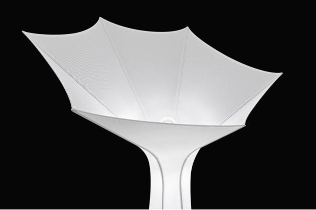 """Ranní sláva se stala předlohou stojací lampy Belle de Jour (Foscarini). Rostlina, která uzavírá své okvětní lístky při západu slunce, inspirovala designérku Ilariu Marelli: """"Chtěla jsem reprodukovat tvar a pohyb této květiny s její smyslnou jemností a zároveň vytvořit velkolepý objekt, který se v prostoru prosadí."""" Lampa, která nikdy neodkvete, má konstrukci z lakovaného kovu a je potažena elastickou poloprůhlednou tkaninou s drobnou texturou. Výška 179,8 a 217,1 cm, průměr 91 a 110 cm. Cena zatím nebyla stanovena, WWW.BULB.CZ"""