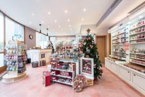 Nejste-li příznivci obchodních center a máte cestu okolo Karlova náměstí v Praze, zastavte se nasát vánočníatmosféru do perfektně zásobenéa po dvou letech znovu otevřené prodejnyYankee Candle Heritage Store.
