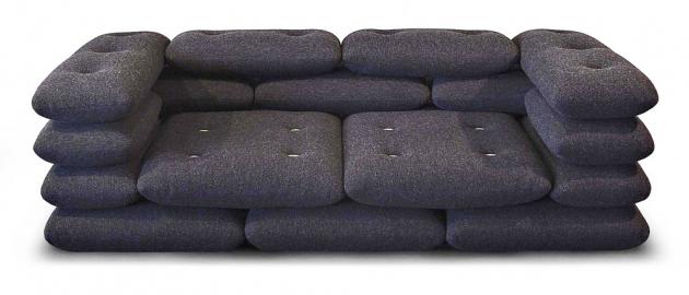 Autoři návrhu ze studia KiBiSi představili svůj projekt Brick Sofa už před lety, ale až tento rok ho do svého portfolia zařadila mladá značka Jot.Jot. Východiskem se v tomto případě stala klasická cihla i způsob její pokládky při stavbě. Architektonický odkaz nechybí ani na tom nejmenším detailu – knoflíky jsou vyrobeny z vláknového betonu. Cena 194 000 Kč, WWW.LINO.CZ