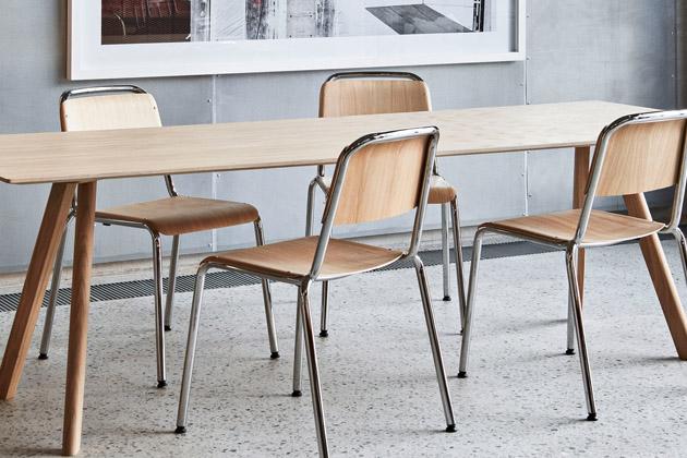 Židle Halftime (Hay) byla původně vyvinuta vespolupráci sCOBE pro nové sídlo firmy Adidas vNěmecku. Navržena je proto tak, aby působila stejně robustně azároveň flexibilně jako tato architektonicky výjimečná budova avydržela věky. Sedák aopěradlo zbukové dýhy jsou nýtovány narám zocelových trubek adohromady tvoří pružnou, stohovatelnou židli sjasným výrazem. Lehkost, pevnost afunkčnost jsou přitom vmaximální rovnováze. Cena 7 454 Kč, www.stockist.cz