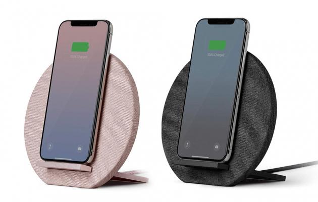 Bezdrátová nabíječka Native Union Dock (Apple) splňuje nejvyšší nároky na design, málokdo by od ní však čekal, že je především funkčním zdrojem. Zajišťuje rychlé a bezpečné napájení pro telefony iPhone 8, 8 Plus, X, Xs (Max) a Xr a všechna další zařízení kompatibilní s Qi, až do 7,5 W. V nabídce ve dvou barevných provedeních. Cena 1 989 Kč, WWW.APPLE.COM