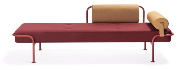 Měkce vyhlížející textilní čalounění pocitově zahřívá chladnou ocelovou konstrukci denního lůžka Today (Materia), které v kombinaci s teplými odstíny a oblými liniemi vybízí k bezstarostnému odpočinku. Polštář a opěradlo lze snadno odstranit a namontovat na obě strany. Rám lůžka je vyroben z masivního dřeva a překližky, výplň z polyuretanové pěny tvarované za studena. Cena na dotaz, WWW.MATERIA.SE
