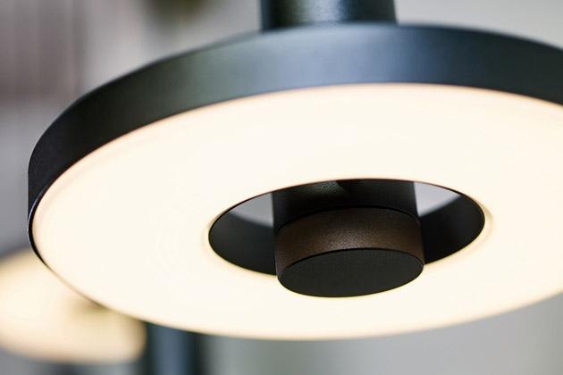 Hlavním prvkem geometricky přesné kolekce Beads od holandského výrobce Tonone je rovnoměrně osvětlený kruh, který je osvícen v celé ploše. Toto jednoduché, umělecky koncipované svítidlo je nabízeno ve všech uživatelských variantách a je k dostání v industriální černé matné úpravě. Cena od 12 027 Kč, WWW.LIGHTWORKS.CZ