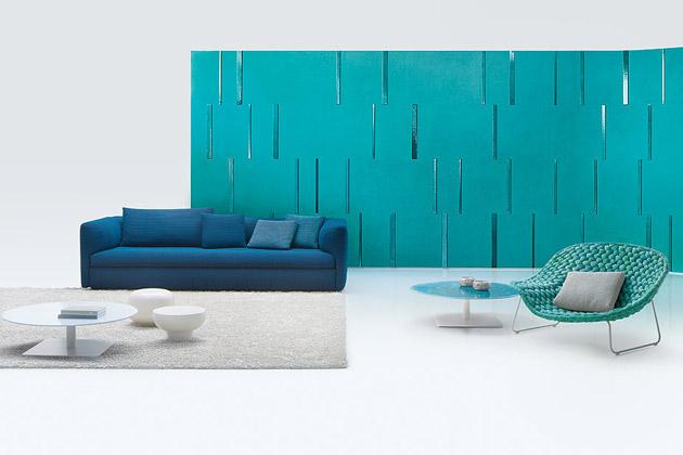 Série Walt (Paola Lenti) od designéra Francesca Roty je složena ze dvou dvoumístných či třímístných pohovek, propojených velkorysým odkládacím stolkem, případně spojených s dalšími stolky či taburety, které lze integrovat do bočních stran jednotlivých pohovek. Konstrukce sezení je vyrobena z vícevrstvého dřeva, kompletní čalounění je snímatelné. Rozměr jednoho modulu je 209/269 × 73 × 115 cm, průměr odkládacího stolku 120 cm. Cena na dotaz, WWW.PAOLALENTI.IT