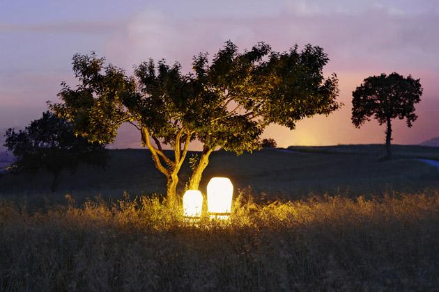 Loon (Dedon), design Sebastian Herkner, IP64, konstrukce z teakového dřeva, polyetylen, nabíjení přes solární panel nebo adaptér, výdrž až 10 hodin na jedno nabití, cena od 14 580 Kč, WWW. DEDON. DE