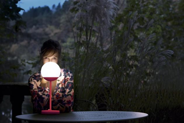 Stolní lampa Mooon! (Fermob), hliník a polyetylen, 41 x 15 x 15 cm, cena 3 250 Kč, WWW. DECOFORM. CZ