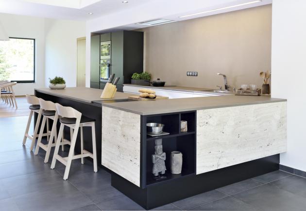Ukázka zrealizace kuchyně (Sykora), obložení linky travertinem, cena nadotaz, www.sykora.eu