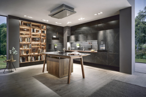 Kuchyňská sestava NX 960 (Next125), čelo povrchová úprava mramorový nero efekt C2770 apřírodní ořech NX620, pracovní deska zmasivního dřeva, profily adoplňky vonyxové černé barvě, cena nadotaz, www.next125.de,  www. Schueller.de