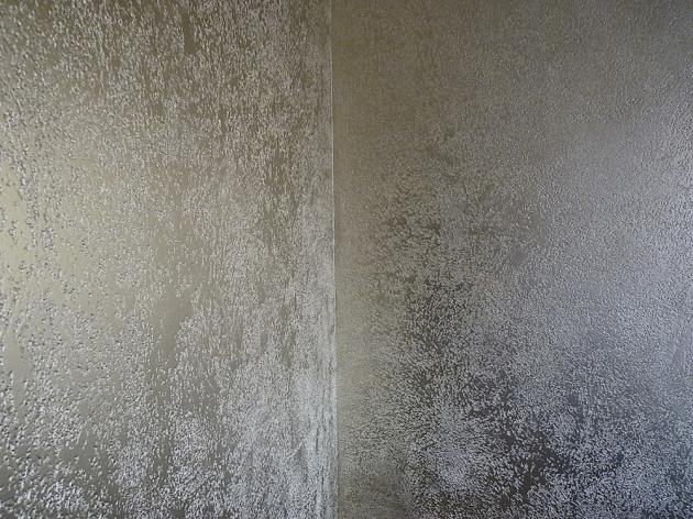 Detail povrchu Pitted (Němec), zrnitý vzhled je docílen kombinací malých leštěných aneleštěných plošek, výsledkem je dojem broušeného nebo leštěného vápence, nadotek je povrch příjemně hladký, cena  1900 Kč/m2, WWW.NEMEC.EU