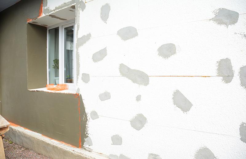 Mezi všemi materiály, které se v dnešním stavebnictví využívají jako tepelná izolace, je polystyren jednoznačně nejpoužívanějším. Polystyren je svými vlastnostmi srovnatelný s minerální nebo skelnou vatou a stejně jako tyto izolanty umožňuje zvýšit komfort bydlení i snížit náklady na vytápění či klimatizaci.