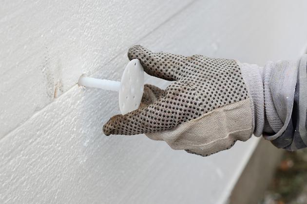 Hlavními výhodami polystyrenu coby tepelné izolace jsou nízká hmotnost, snadná opracovatelnost, odolnost proti vlhkosti, prodyšnost a propustnost par a samozřejmě nízký součinitel tepelné vodivosti (typicky méně než 0.04 W/mK)