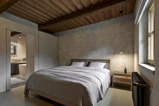 Ložnice je volně zakomponována do otevřeného celku. Přímo na ni navazuje koupelna. Postel je zhotovena z dubového masivu a stylově zahalena do lněných lůžkovin. K uložení osobních věcí slouží vestavěná skříň