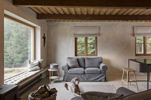 V obývacím pokoji vyzděném stěrkou je možné usednout na vyhřívaný parapet, pod nímž je umístěno topení, a z lavice sloužící k odpočinku velkoformátovým oknem pozorovat krajinu s výhledem do lesů. Je ale také možné pohodlně se posadit do sedačky či křesla (IKEA) a vychutnávat teplo z kamen (Iron Dog)