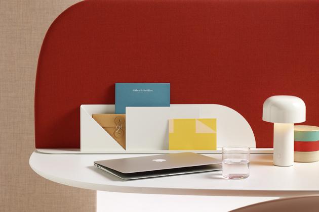 Paravan (Arper), design Lievore Altherr Valdés, mobilní architektonický prvek definuje prostor apohlcuje zvuk, cena od18876Kč, www.lino.cz