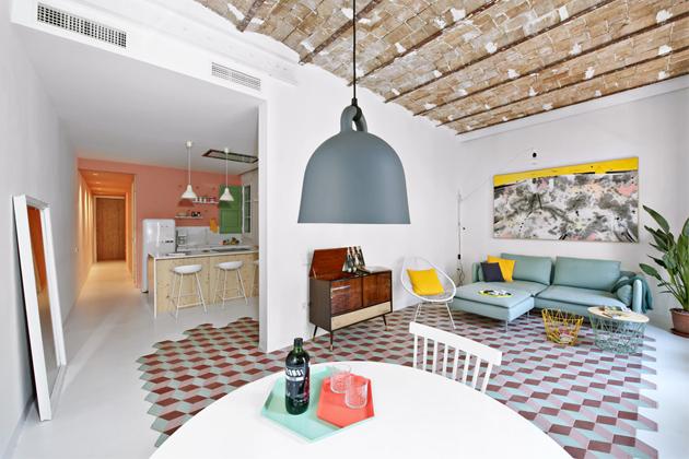 Kuchyň se nachází přímo u vstupu do bytu, aby nepůsobila tmavě, bílá je zde i podlaha a nábytek včetně volně stojící chladničky Smeg. Podhled umožnil zabudování digestoře, která by jinak musela vstupovat do prostoru