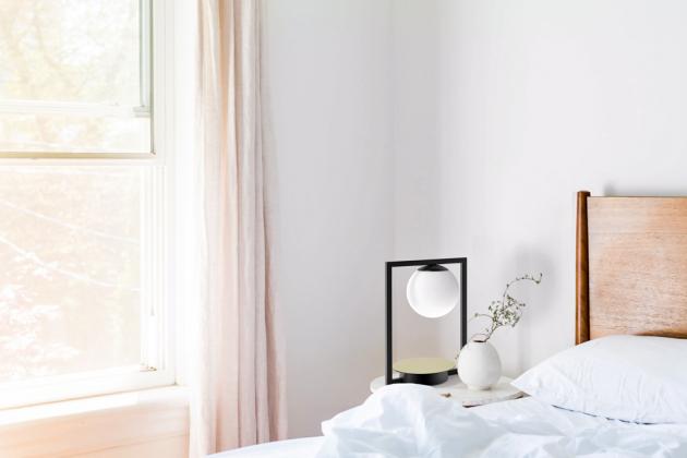 Stolní lampa Pala, třívrstvé opálové sklo, mosazný terč, černý strukturovaný lak naocelové konstrukci. Vkolekci také nástěnná, stropní, závěsná istojací varianta. Cena od11076Kč