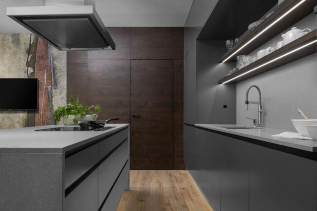 Luxusní interiérové dveře v obkladu v tmavé dýze (Foto: HANÁK NÁBYTEK)