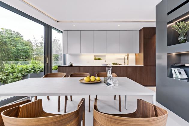 Varná deska je zapuštěna dopracovní desky zKrionu tak, že je vjedné úrovni, tj. opticky téměř utajena. Vtéto kuchyni má vše své místo – odplechů napečení až poniku načisticí prostředky. Kuchyně je vybavena spotřebiči značky Siemens, které podle architekta nabízejí výborný poměr mezi kvalitou, cenou, designem afunkcí