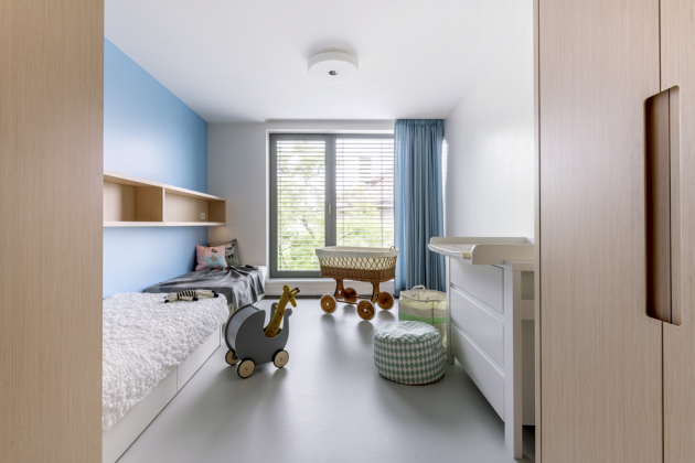Dětský pokoj nabízí maximální komfort pro dvě děti, nicméně postele vyrobené namíru vsobě ukrývají nejen další úložné prostory, ale také přistýlku přidáním středové matrace, která je uschovaná v posteli