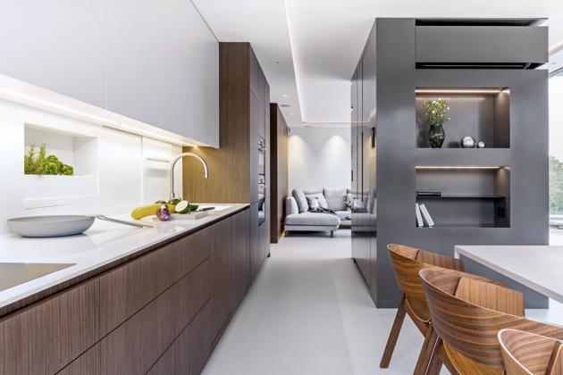 Dominantou kuchyňské ajídelní zóny jsou kuchyňský stůl Robin oditalské značky MDF Italia anadčasové židle Merano odčeské značky TON