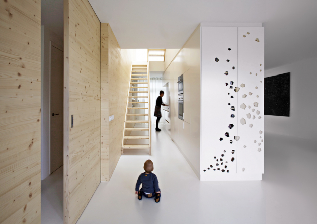Stěny aotevřené schodiště jsou zborovicového dřeva