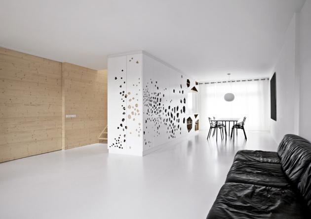 Jádrem interiéru je skříň snepravidelnými otvory, kterou nechali namíru vyrobit architekti ze studia i29
