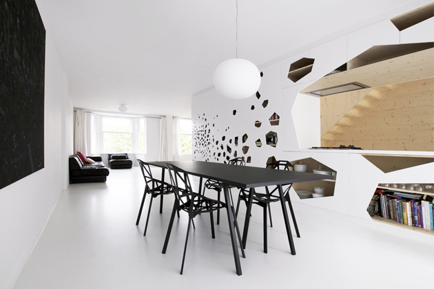 Geometrické tvary židlí Chair One (Magis) korespondují sotvory bílé multifunkční skříně