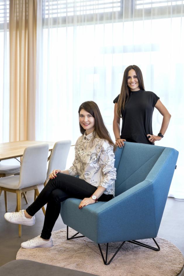 Branch manažerka pražského showroomu LINO Design Saida Teuvažuková (vlevo) aAnita Logara, dcera majitelů značky asoučasně projektová manažerka