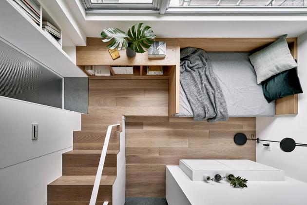 Mikrobyt odtchajwanského studia ALittle Design poskytuje na17,6 m² vše potřebné pro praktické ikrásné bydlení. Architekti využili výšku stropů 3,4 metru avestavěli vysoké úložné prostory i patrovou postel