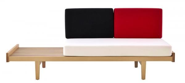 Daybed (Ligne Roset), design Pierre Paulin, masivní dřevo aocel, 84,5 × 205 × 82cm, cena od 85 272Kč, www.ligne-roset.COM
