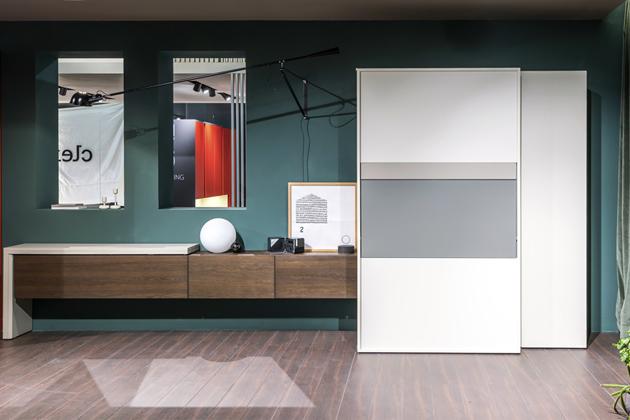 Systém Kitchen Box (Clei) ukrývá malou kuchyň, výklopný stůl auzavřené iotevřené police, výška 220cm, hloubka 79,5cm avotevřeném stavu 188,2cm, cena nadotaz, www.clei.it