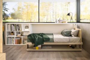 Sestava Circe Sofa +Kali Board 90 + Tetris (Clei) kombinuje rozkládací postel, úložný prostor apracovní stůl snavazující knihovnou, cena nadotaz, www.clei.it