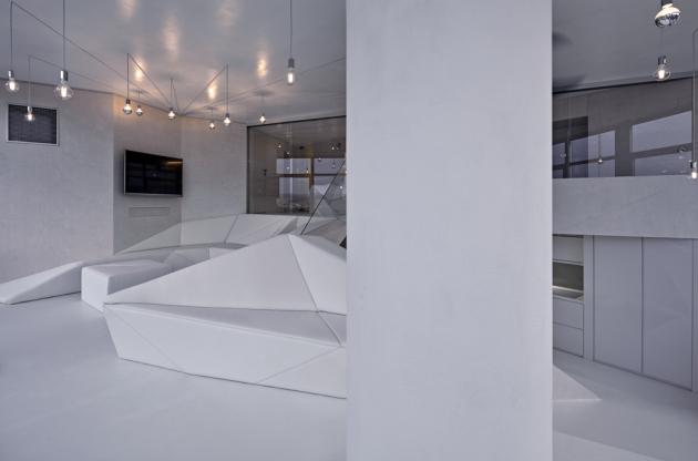 Bílá podlaha zPVC, bílé koženkové čalounění abíle mořená březová překližka jsou optimálním řešením vkaždém malém prostoru. Světlé odstíny asjednocené plochy interiér opticky prosvětlí azvětší