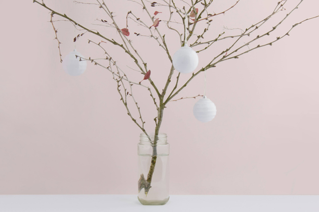 Pokud přemýšlíte, jak elegantně ozdobit vánoční stromeček, zkuste kolekci originálních vánočních ozdob. Porcelánové kouličky jsou ve čtyřech tvarových provedeních a k získání jsou samostatně, v sadu po 4 nebo po 8 kusech.