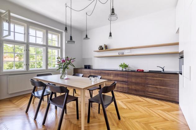 Důstojné místo získala ijídelna, vymezená atraktivním svítidlem Shadows (Brokis) abukovým stolem Jutland (TON) se šesti židlemi Merano (TON) zmořeného buku