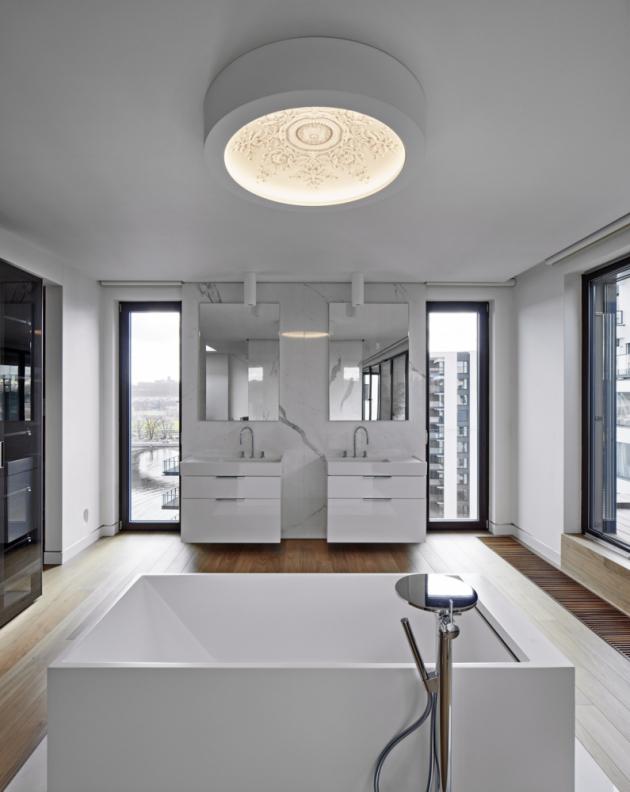 Soukromí vkaždé části bytu zajišťuje propracovaný systém rolet srůznou intenzitou průhlednosti, vycházející ze specifické potřeby dané místnosti